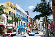 国際通りに立ち並ぶ数多くの土産品店