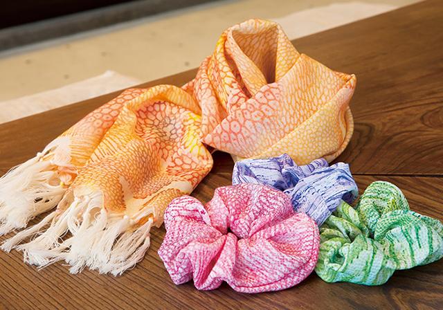 サンゴ染めシュシュとスカーフ
