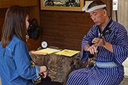 琉球村で三線体験