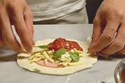 沖縄初! ブーム到来の「揚げピザ」専門店が国際通りにオープン