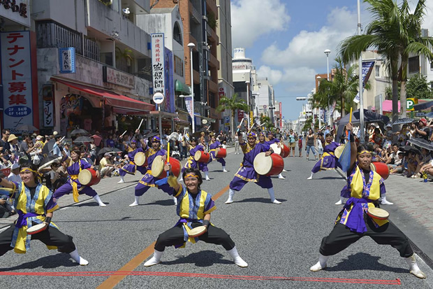 国際通りを熱くする一万人のエイサー踊り隊は圧巻