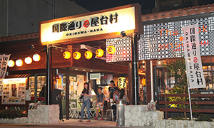 沖縄らしい個性豊かな食が軒を連ねる国際通り屋台村