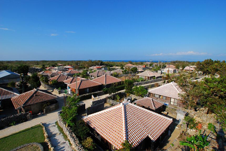 赤瓦屋根の家屋が美しい竹富島島内