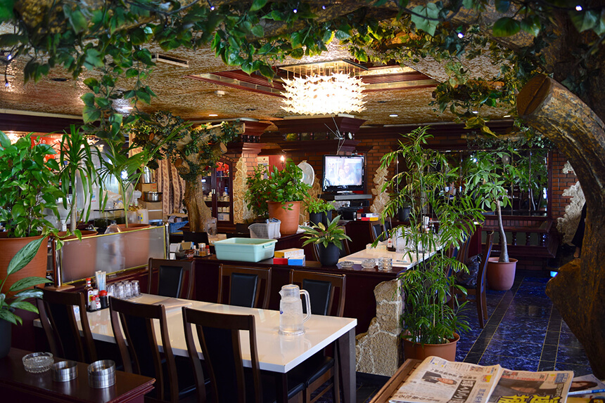 レトロな内装が特徴的なまきし食堂