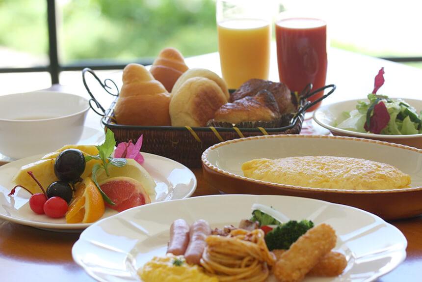 開放的なレストランで朝食