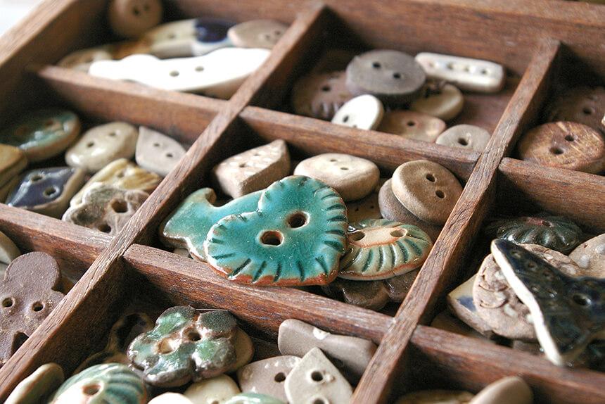 陶器のボタンや箸置き
