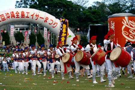 沖縄の夏の風物詩!熱気あふれる伝統芸能エイサー