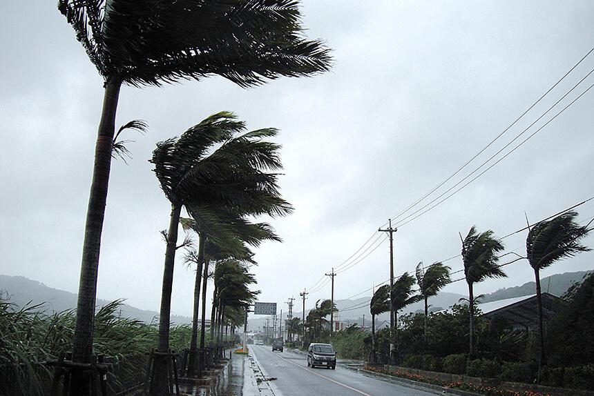台風接近中の道路