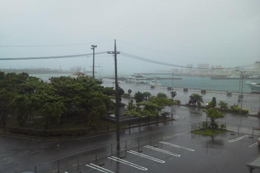 台風接近中の港