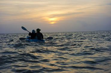 黄昏色に染まる海へ出航