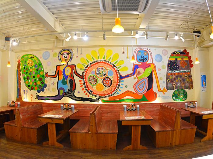 不思議な壁画が魅力的な店内
