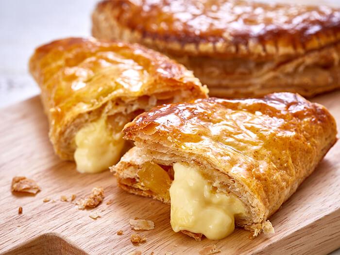 熱々の生地と冷たいパインカスタードの美味しい魅惑。 SWEETS DE PINEAPPLEの焼きたてエリアで販売中。