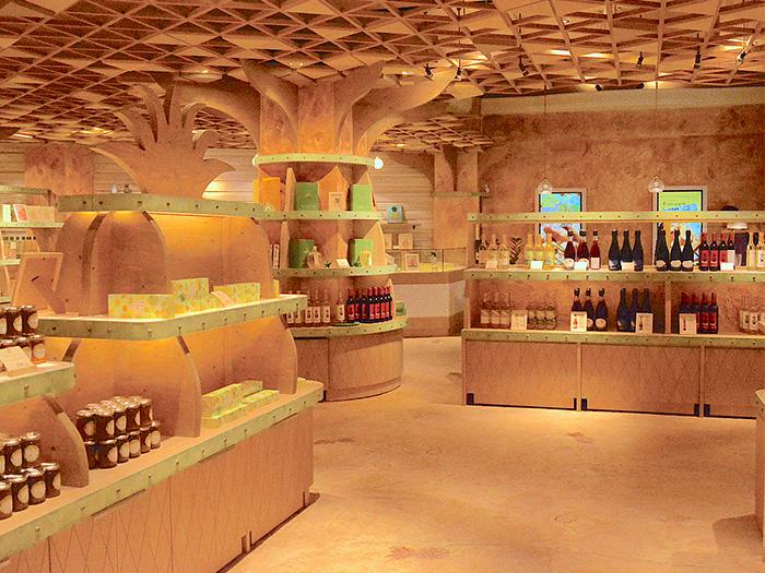 店内では、パインのお菓子にワインなど限定商品の試食がいっぱい!!