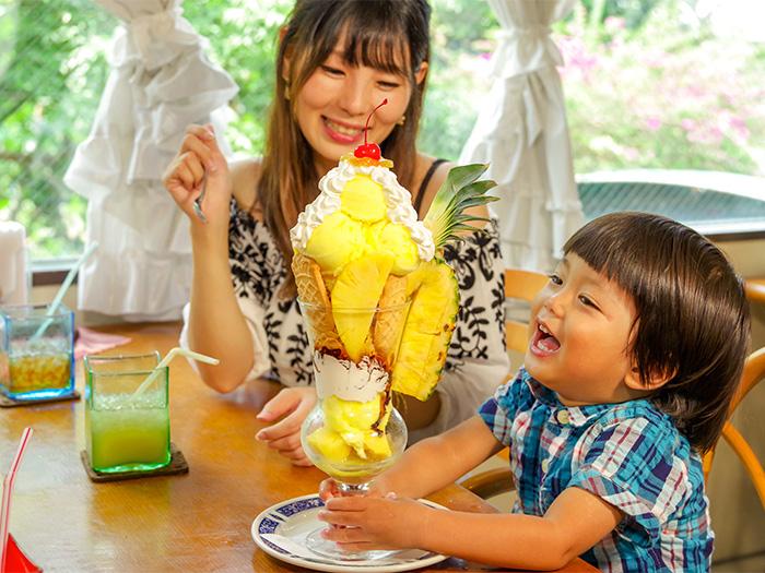 高さ37cmの「ビッグパイナップルパフェ」。フルーツとアイスたっぷりのパフェに「どこから食べよう~?」