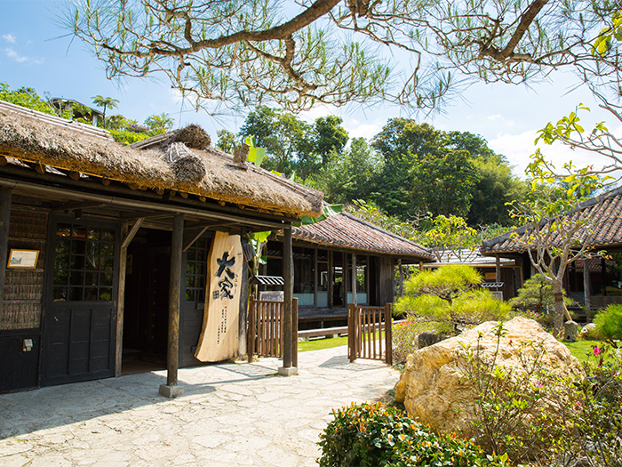 A popular restaurant where you get to meet Okinawa's good old days.