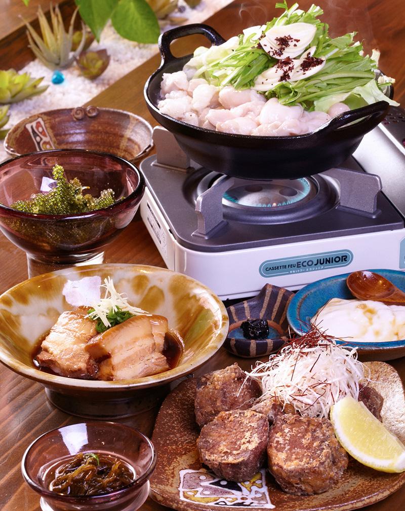 沖縄県産もとぶ牛のぷりぷりモツ鍋コース(全7品)お一人様 2,750円 沖縄の大自然で育ったもとぶ牛は旨みがしっかりした味わい。モツ鍋にすると肉の旨みがスープにひろがり、コクのある味わい。スタミナ食としてオススメ!