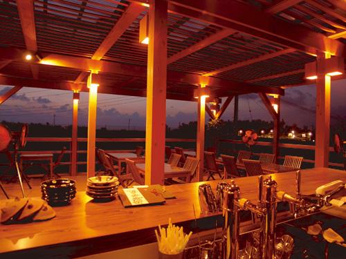 解放的なテラス席もおすすめ。雨天でも使用可能なので、ゆっくりと食事が楽しめる。