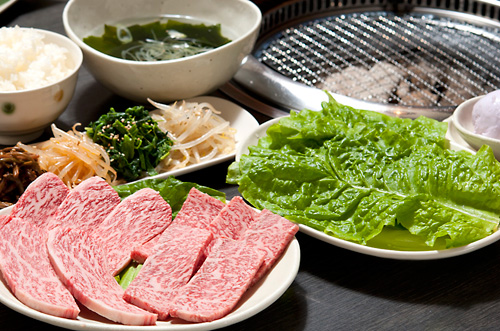 焼肉セットにはお好みのお肉にナムル盛り、スープ、本日のサラダ、ご飯がついてくる