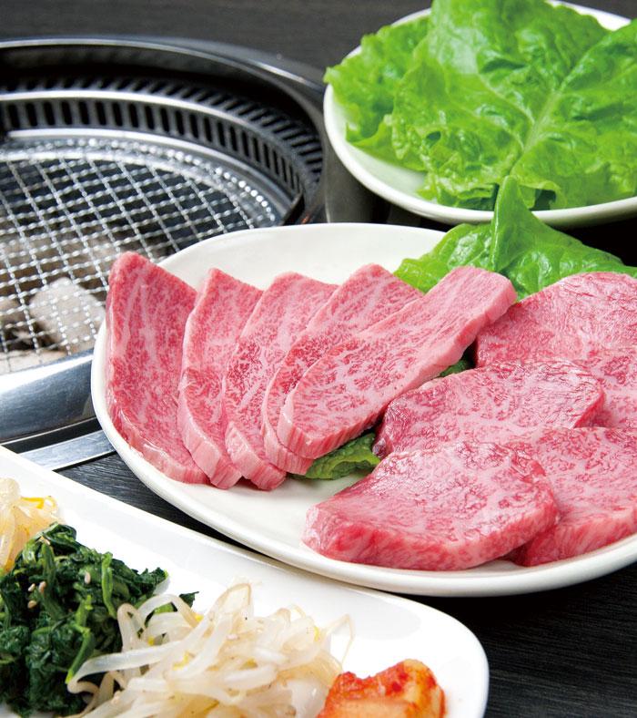 沖縄の雄大な自然の中のびのびと育てられた良質県産和牛と、職人が選んだ特上無名牛。あなたはどれを食べてみますか