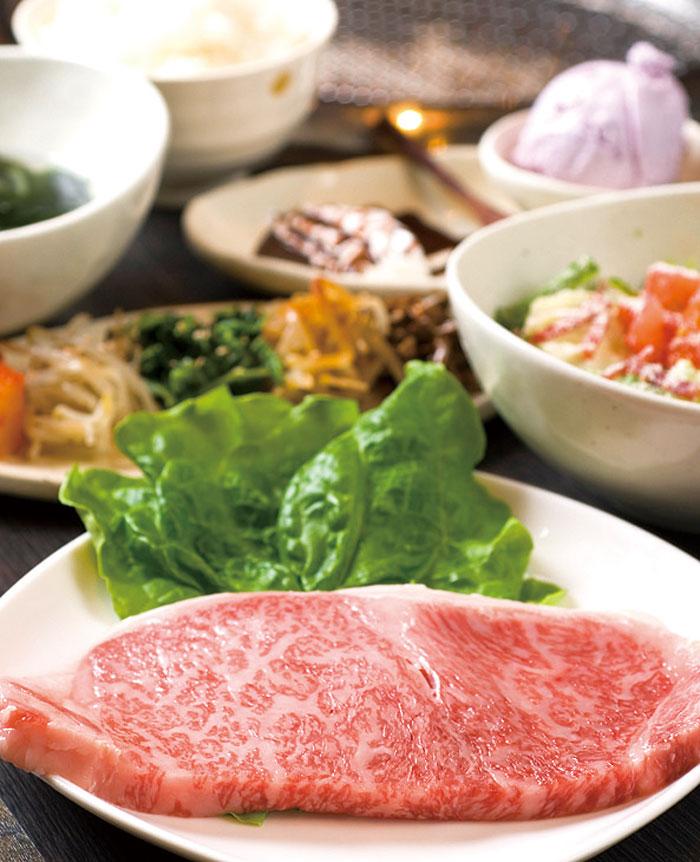 ステーキコースには、ナムル盛り、スープ、本日のサラダ、ご飯がついてくる