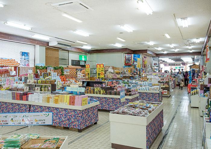 明るい商品売り場には、各種お土産がそろっています。