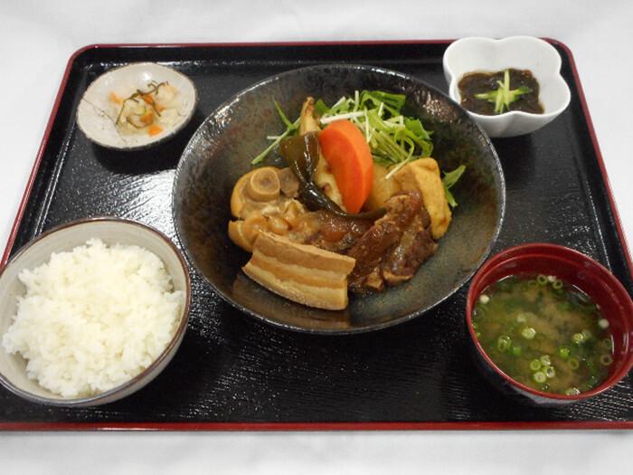 「煮つけ定食」コラーゲンたっぷりの豚足入り煮つけ。沖縄の食材がたっぷり入った美容にもいい健康食です。