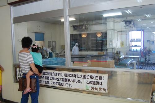 工場見学では、サトウキビをしぼり黒糖が出来上がるまでを見学できます。