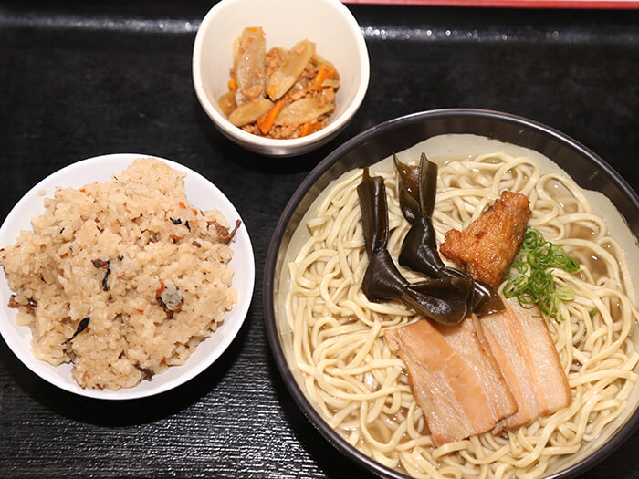 沖縄そば ちゃんぷるー食堂にて沖縄そばが食べられます 沖縄そば¥700~、沖縄そばセット(写真)¥850