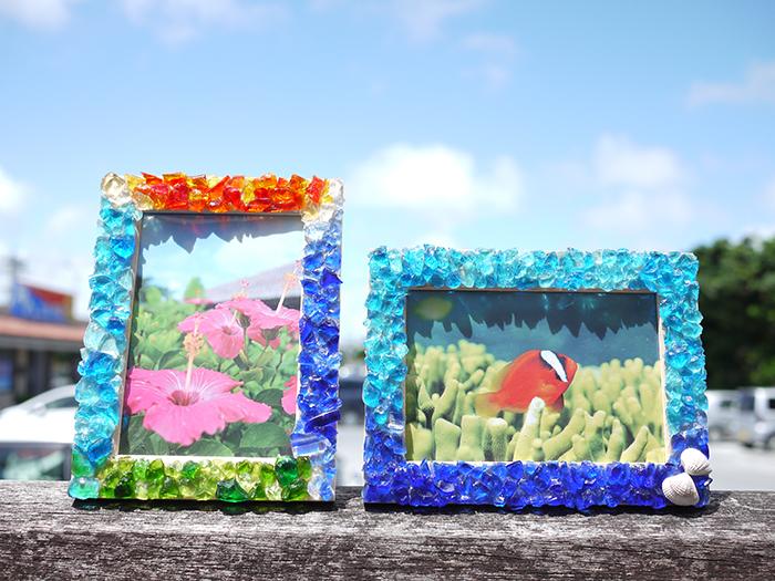 フォトフレーム作り体験 1,080円~琉球ガラスのかけらやサンゴをボンドで自由に貼り付け。完成後は旅の思い出写真も一緒に入れて飾ろう