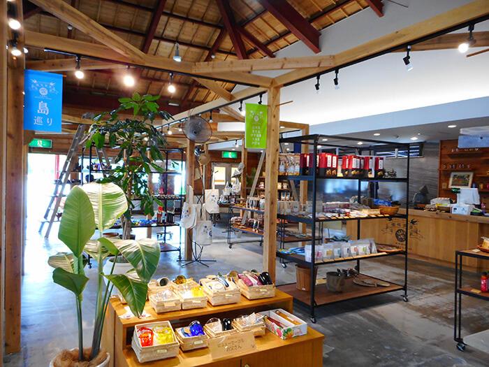 「福地商店」店内。おしゃれで落ち着きのある空間にこだわりを持って揃えられた特産品が勢ぞろい!