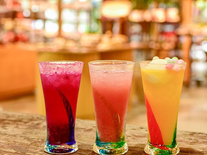 カラフルな島のフルーツサイダーは、琉球ガラスのグラスで召し上がれ。SNS映え間違いなし!