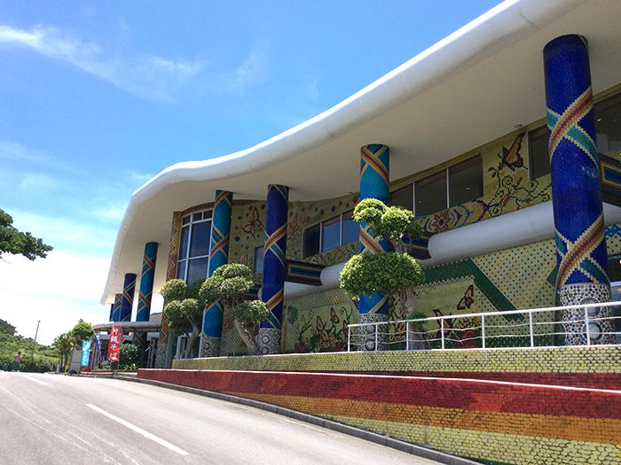 沖縄最大規模のガラス工場 色鮮やかな琉球ガラスのタイルで埋め尽くされた建物