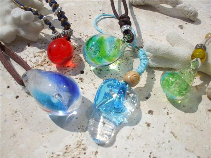アクセサリー作り体験 1,620円~好きなガラスパーツを組み合わせて、ストラップやネックレスが作れる