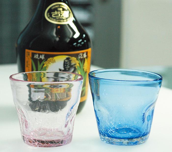 泡盛とあわせて、オリジナルの「えくぼ」グラスも。 ピンク1,350円、赤799円、他色702円
