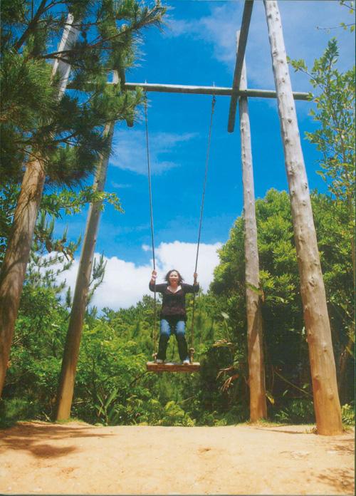 園内には大きなのブランコの他にも木のジャングルジムや竹馬などで遊べる