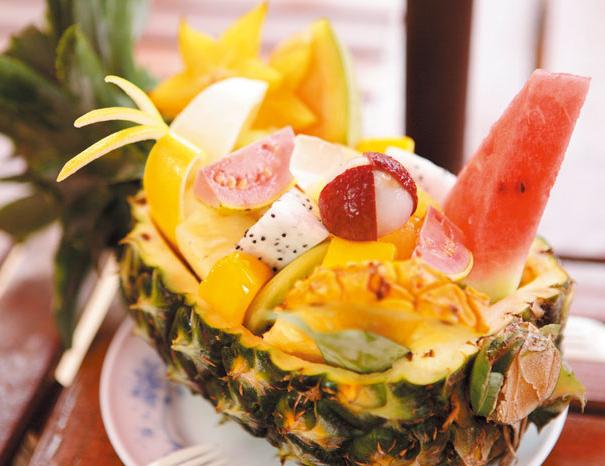 大人気のフルーツボード パイナップルの器に季節のフルーツを贅沢に盛り合わせ