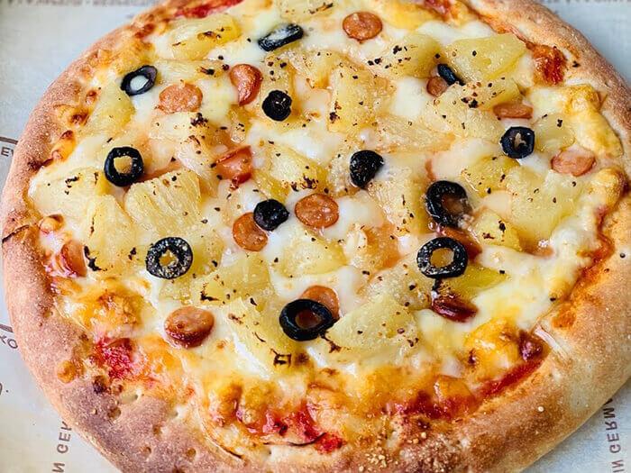 パイナップルの甘酸っぱさがチーズの塩気と相性抜群のパイナップルピザ!!