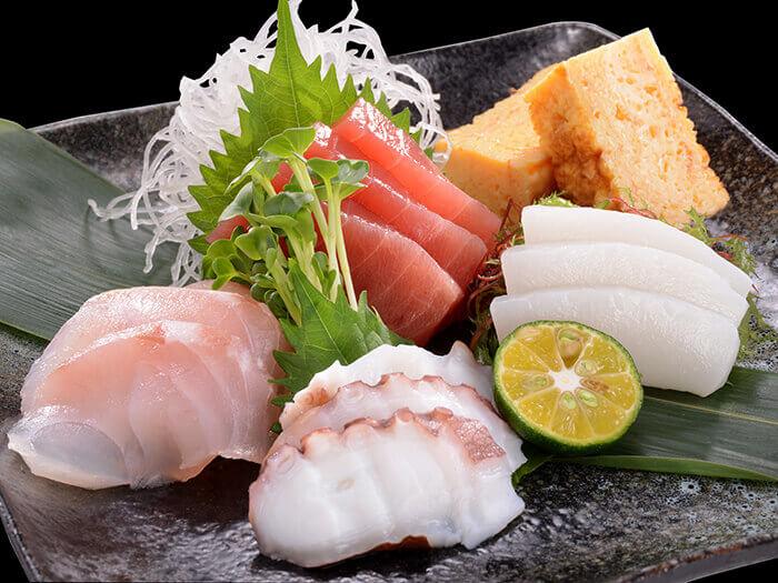 新鮮的生魚片拼盤