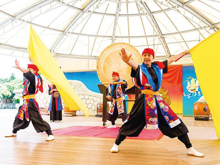 チムドンドン!「スーパーエイサーショー」。沖縄の伝統芸能エイサーを大胆にアレンジしたパフォーマンスは迫力満点!