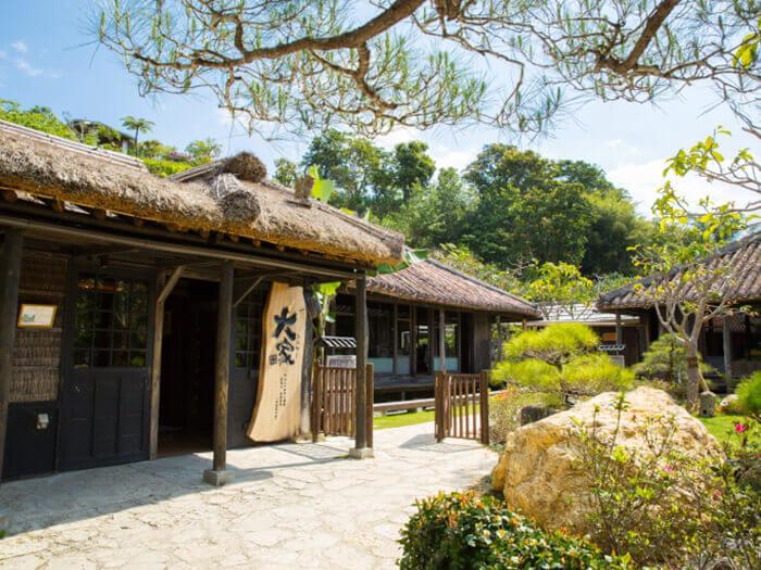 自然豊かなやんばるの原風景と共に沖縄そばやアグー豚のしゃぶしゃぶなど旬の料理を楽しめる