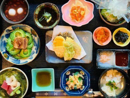 人気の沖縄料理や旬のお魚を一堂に味わえる贅沢な「大家御膳」※食材は時期により異なる