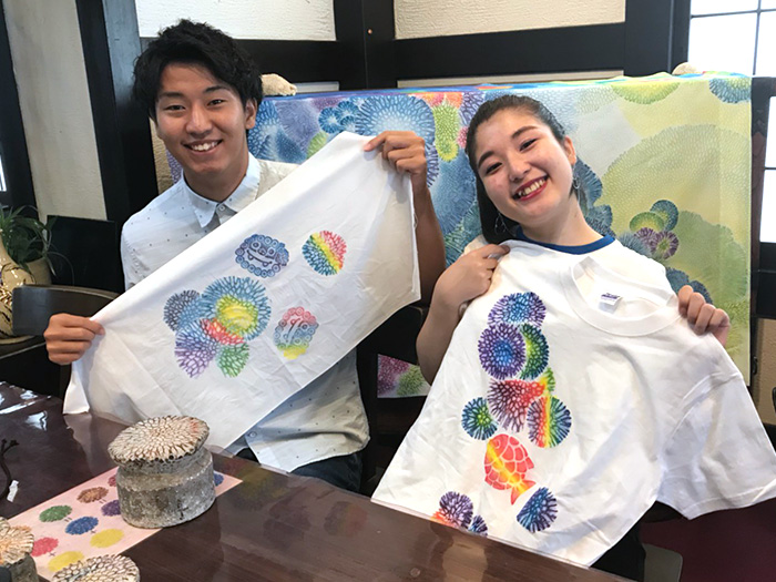 You can enjoy hands-on experience at dyeing T-shirts, tote bags,wrapping cloths,or other materials into your favorite colors and shapes by placing the material over fossil corals that had been washed up on beaches.