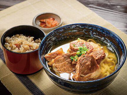 濃く味付けされたお肉には、あっさりと上品な沖縄そばのお出汁がぴったり