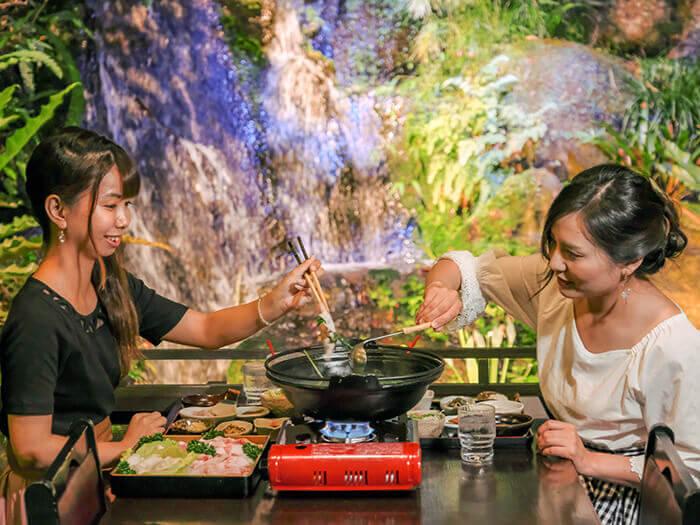 幻想的な古民家の中で食べる極上アグー料理は格別