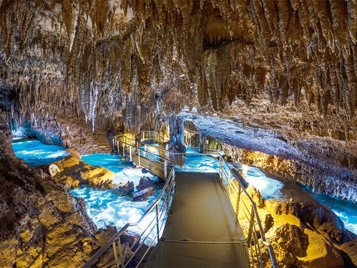 自然の神秘玉泉洞「地底旅行」。何万年も昔から今に続く、地底の時間を体感