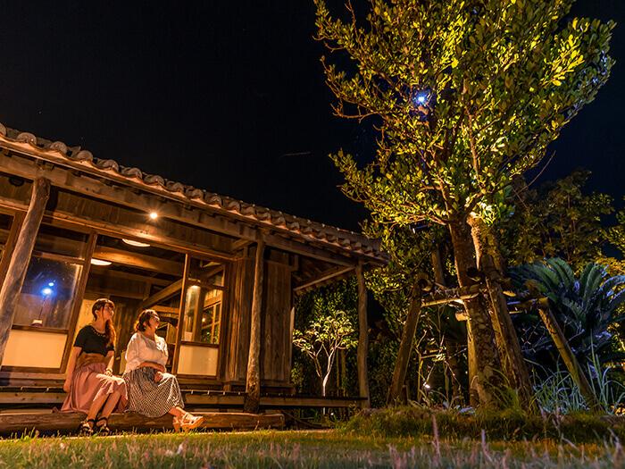 昼は沖縄そば、夜はアグー料理・琉球料理を味わえ、訪れる時間で違う顔を見せてくれる