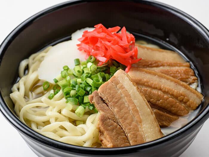 沖縄といえばやっぱりコレ「沖縄そば」。かつお出汁たっぷりの極旨スープは絶品!