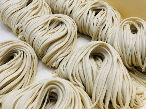 大家で提供されている「沖縄そば」は、郷内にある製麺所で一から造るこだわりの自家製麺を使用している