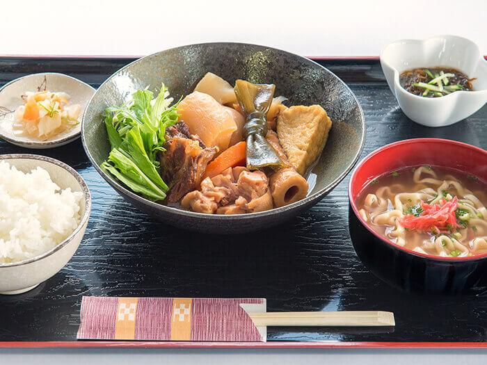 【燉煮套餐】 膠原蛋白非常充分的燉豬腳。豐富的沖繩食材,對健康美容非常有幫助。