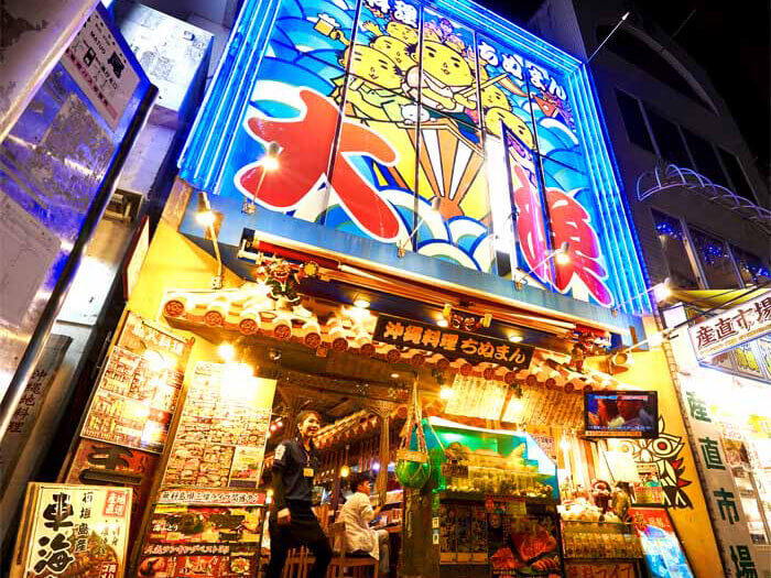 店鋪入口在色彩繽紛的鮮魚和當季蔬菜的襯托下而顯得熱鬧,也是國際通的地標!有民謠現場演唱!